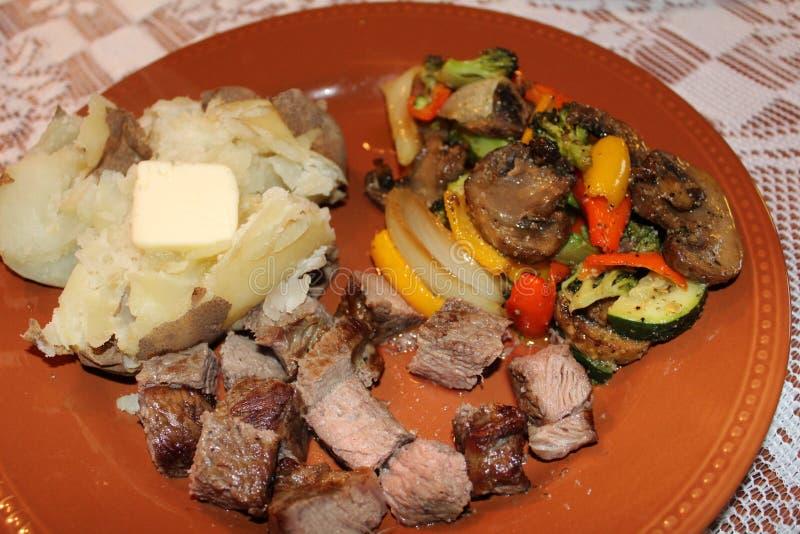 Naar huis gemaakt lapje vlees, met aardappel in de schil en geroosterd royalty-vrije stock foto's