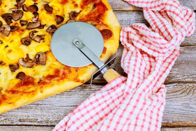 Naar huis gemaakt pizzaknipsel klaar voor lunch stock afbeeldingen