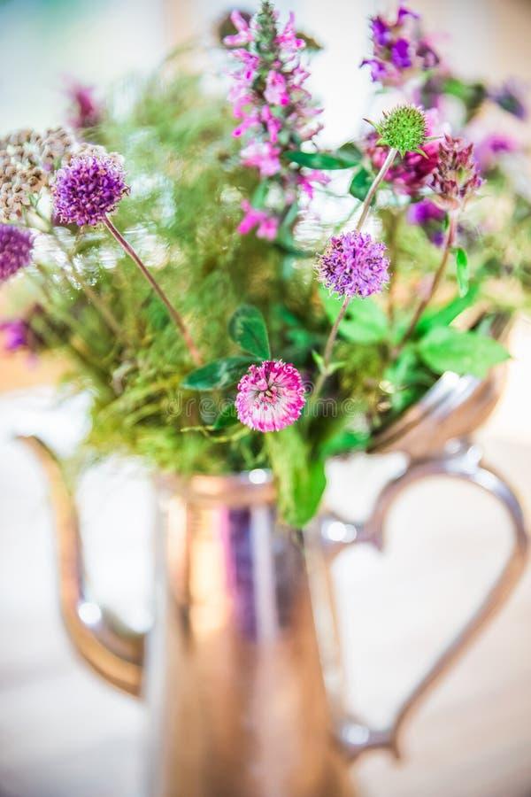 Naar huis gemaakt Vers Wild Bloemenboeket in Zilveren Pot op Houten Lijst royalty-vrije stock afbeeldingen