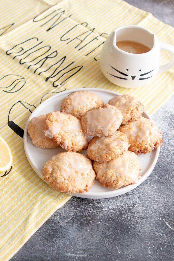 Naar huis gemaakte citroenkoekjes met glans stock foto's