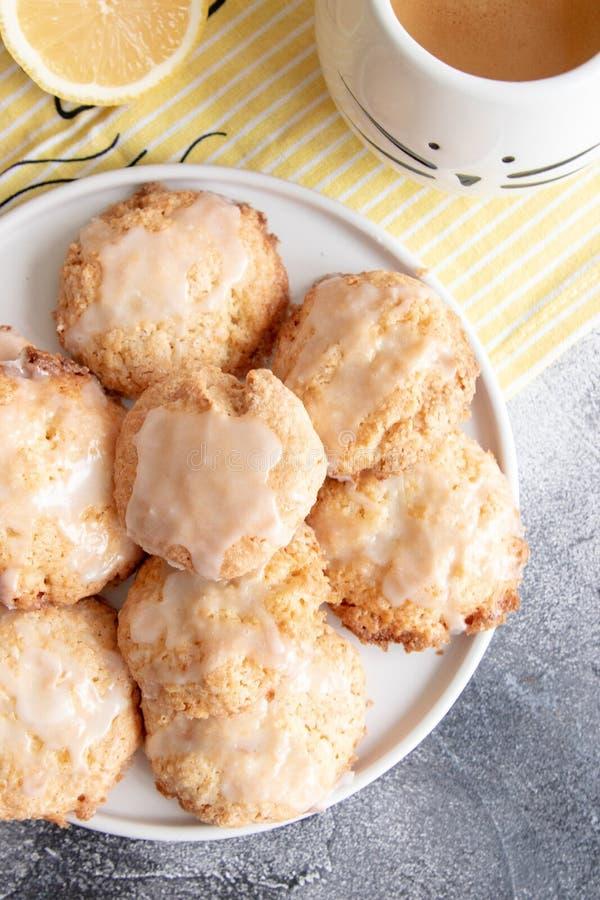 Naar huis gemaakte citroenkoekjes met glans royalty-vrije stock afbeelding