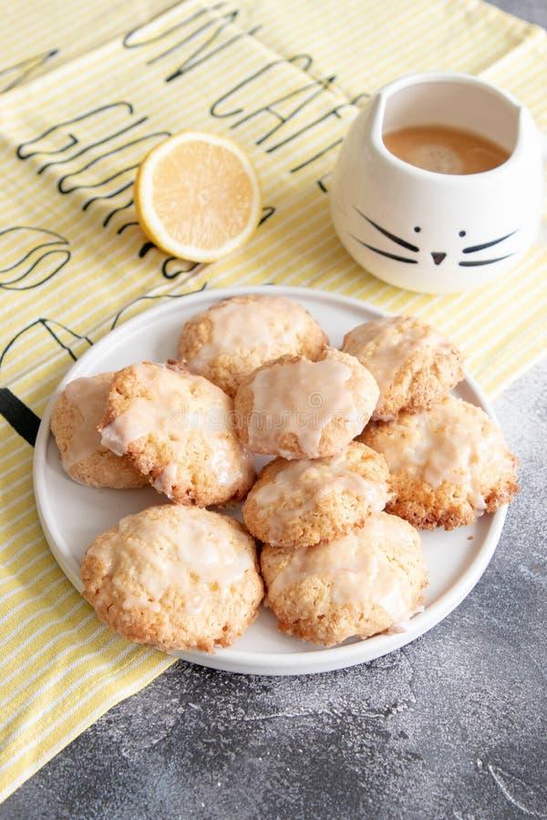 Naar huis gemaakte citroenkoekjes met glans stock afbeelding