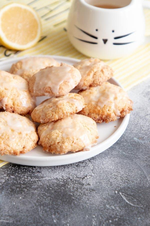 Naar huis gemaakte citroenkoekjes met glans royalty-vrije stock foto