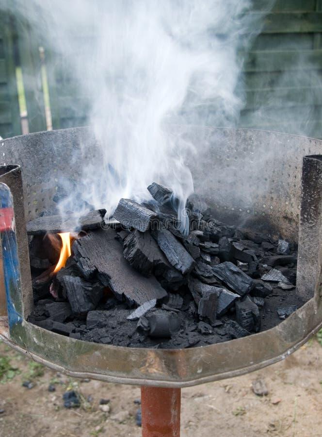 Naar huis gemaakte houtskoolgrill. stock foto's