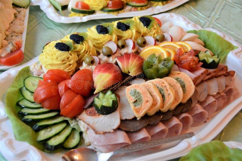 Naar huis gemaakte koude buffetwith ham en kaas royalty-vrije stock afbeelding