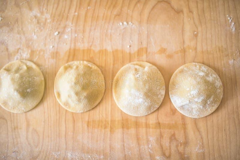 Naar huis gemaakte ravioli op de lijst royalty-vrije stock afbeelding