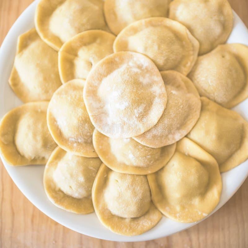 Naar huis gemaakte ravioli op de lijst stock foto
