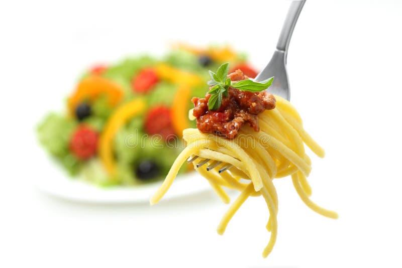 Naar huis gemaakte spaghetti met vlees bolognese stock afbeelding