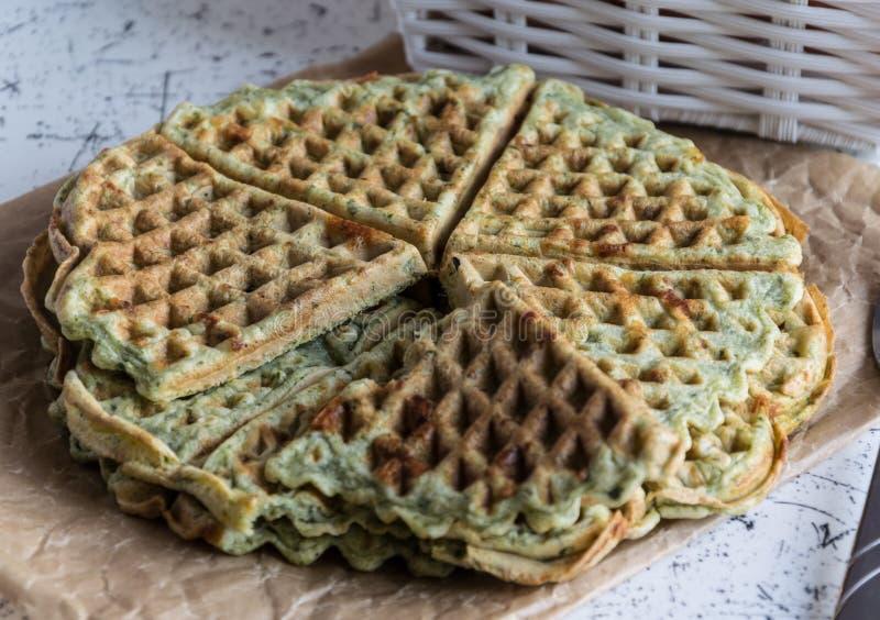 Naar huis gemaakte wafels met spinazie, gevormd hart Heerlijk ontbijt stock foto's