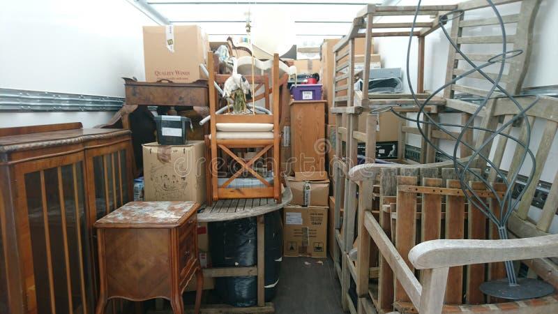 Naar huis het bewegen van ontruiming van het bestelwagen de volledige huis stock afbeelding