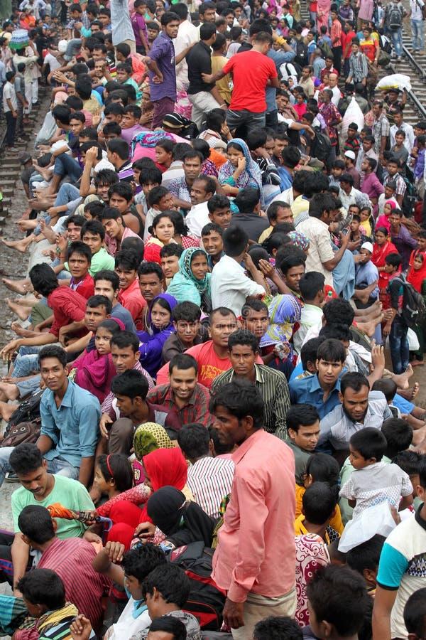 Naar huis verbindende mensen vorige dag van eid-ul-Adha stock foto