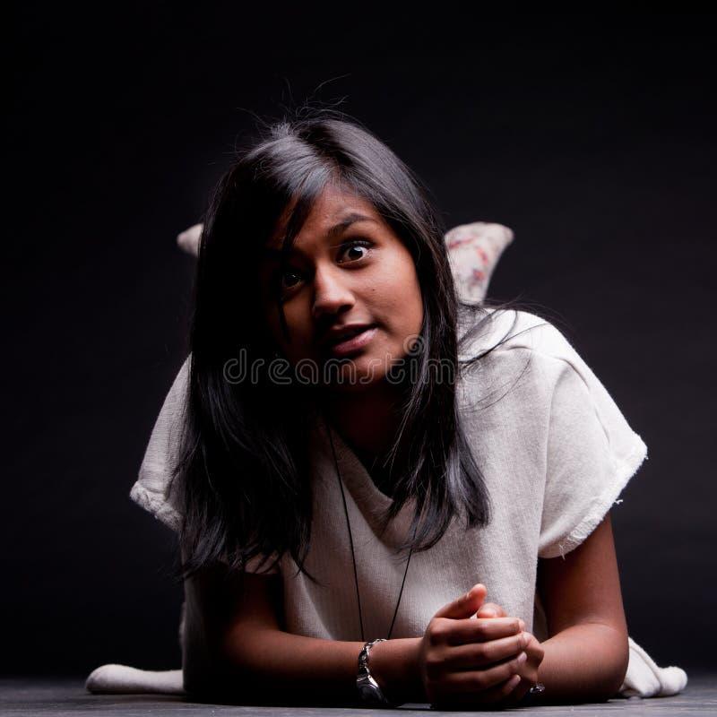 Naar voren gebogen meisje op de verraste vloer royalty-vrije stock afbeelding