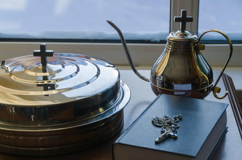 Naast de Bijbel en het kruis van de kruisiging, wijn en bre stock afbeeldingen