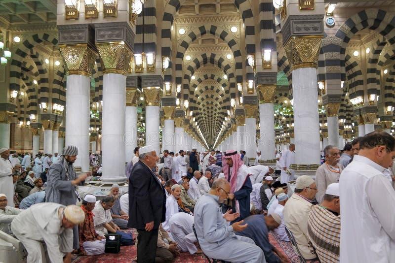 Nabawi av den Masjid moskén, väntande på muslimska böner royaltyfri bild