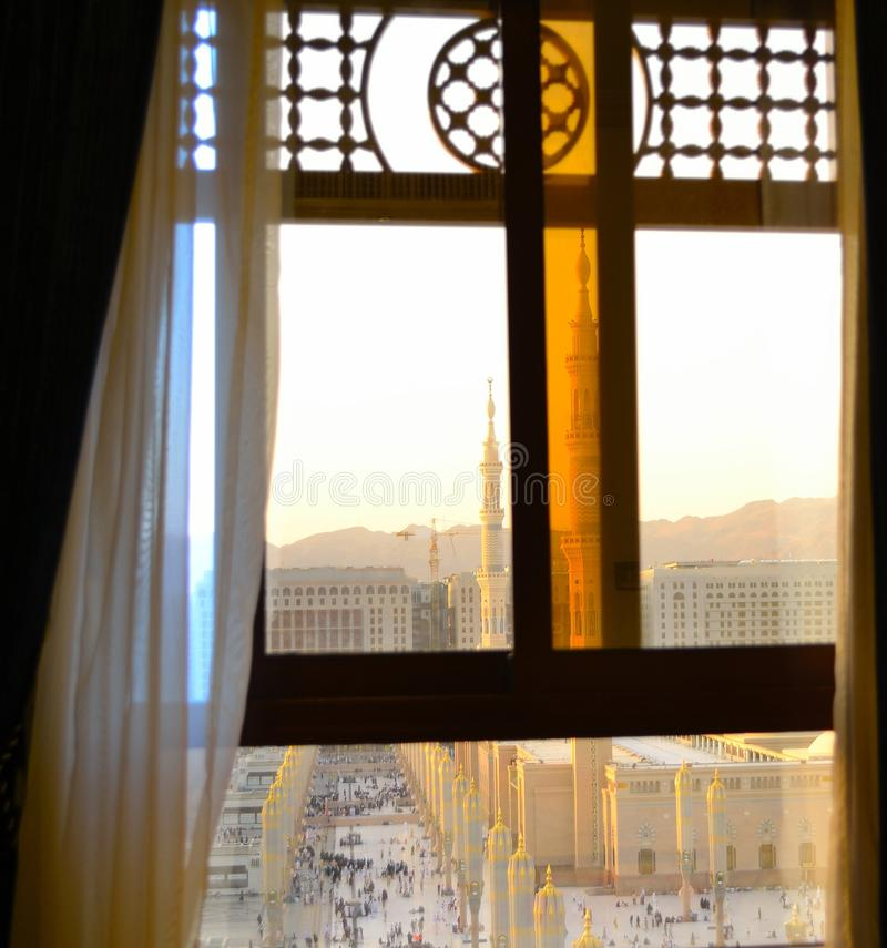 Nabawi Moschee aus vom Fenster heraus lizenzfreies stockbild