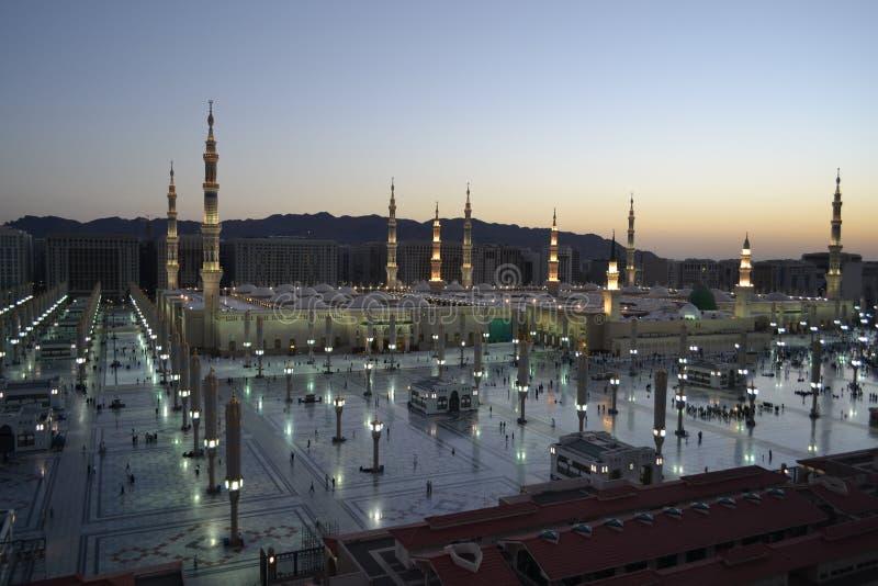 Nabawi Moschee in Medina zur Dämmerungszeit lizenzfreie stockfotos