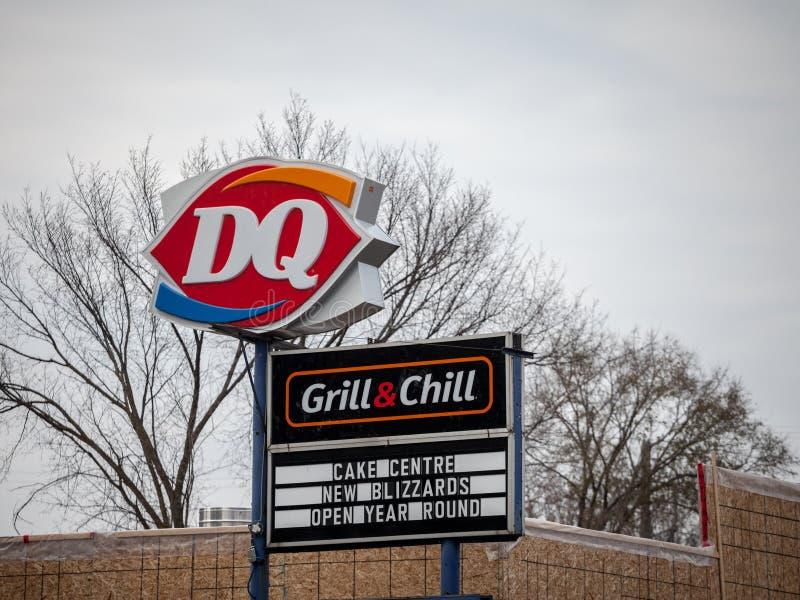 Nabiał królowej DQ logo na ich głównej fast food restauracji w Ottawa, Ontario zdjęcia royalty free