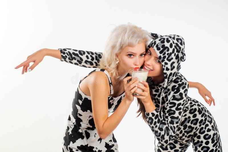 Nabiał jest elementem życie Ładne dziewczyny pije mleko wpólnie na nabiał diecie Modni nabiału jedzenia konsumenci zdjęcia royalty free