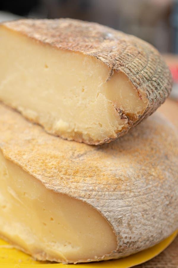Nabiał - ser na kontuarze rolniczy produkt spożywczy sklep zdjęcia stock