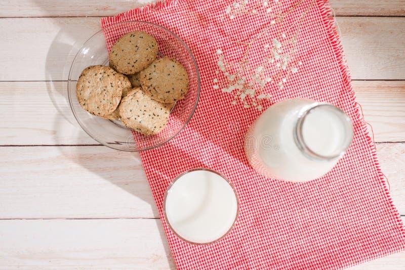 nabiału odosobnienia produkty biały Ciasta organicznie śniadanie z mlekiem i ciastkami obraz royalty free