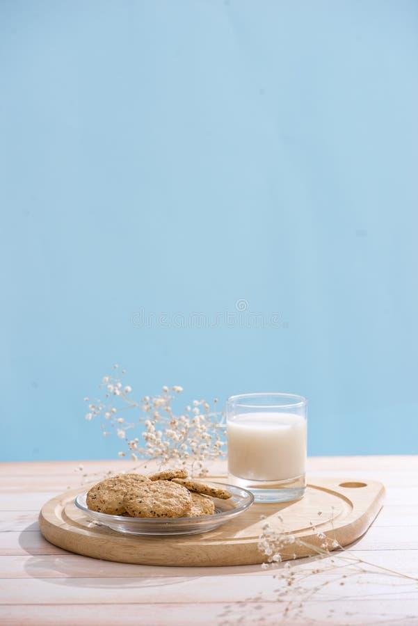 nabiału odosobnienia produkty biały Ciasta organicznie śniadanie z mlekiem i ciastkami fotografia royalty free