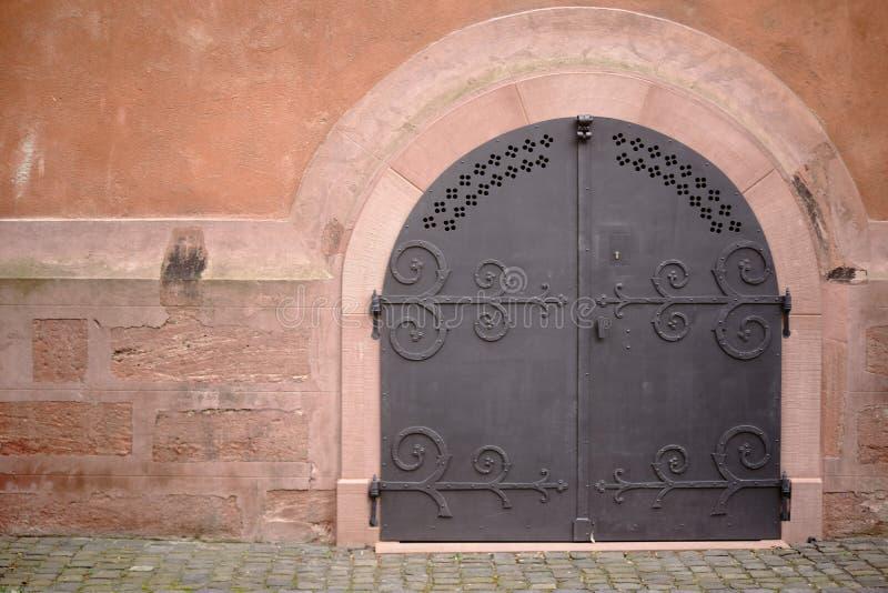 Nabijający ćwiekami żelazny drzwiowy kościół zdjęcie stock
