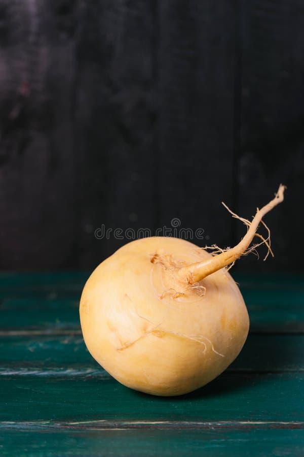 Nabos em um close up de madeira escuro do fundo do vintage escuro, alimento da dieta da agricultura, beterraba do legume fresco n fotografia de stock royalty free