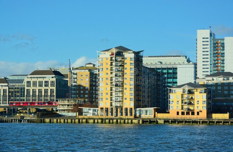 Nabrzeże budynki mieszkaniowi & DLR kolej rzeka Tamiza Londyn zdjęcie royalty free
