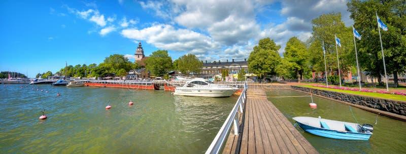 Nabrzeże i marina w Naantali miasteczku przy słonecznym dniem Finlandia fotografia royalty free