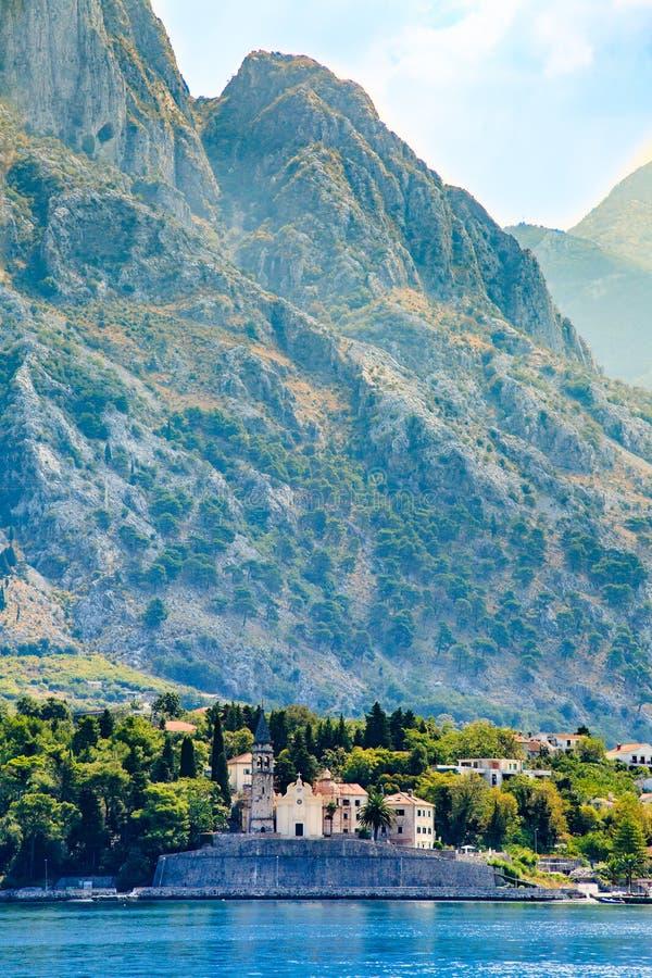 Nabrzeże miasteczko Dobrota wzdłuż zatoki Kotor, Montenegro Widok kościół St Mathew, nabrzeżne wille, góry i quay, zdjęcia royalty free