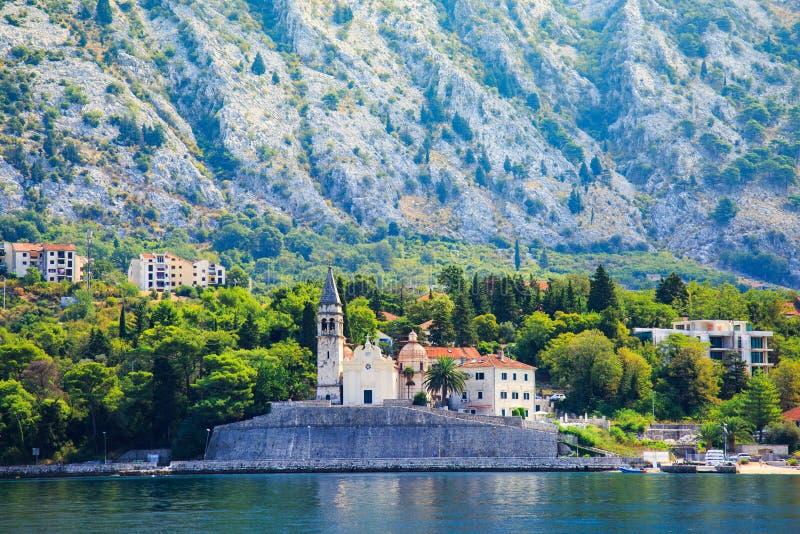 Nabrzeże miasteczko Dobrota wzdłuż zatoki Kotor, Montenegro Widok kościół St Mathew, nabrzeżne wille, ogródy i góra, zdjęcie stock