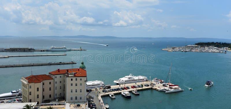 Nabrzeże przy Rozszczepionym Chorwacja z łodziami w schronieniu a obraz royalty free