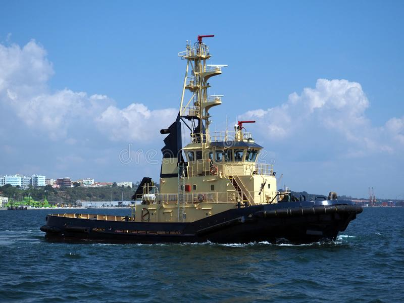 Nabrzeżna holownik łódź Trwająca obraz royalty free