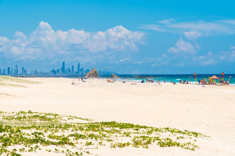 Nabrzeżna piasek plaża przy Currumbin, złoto Brzegowy Australia obrazy stock