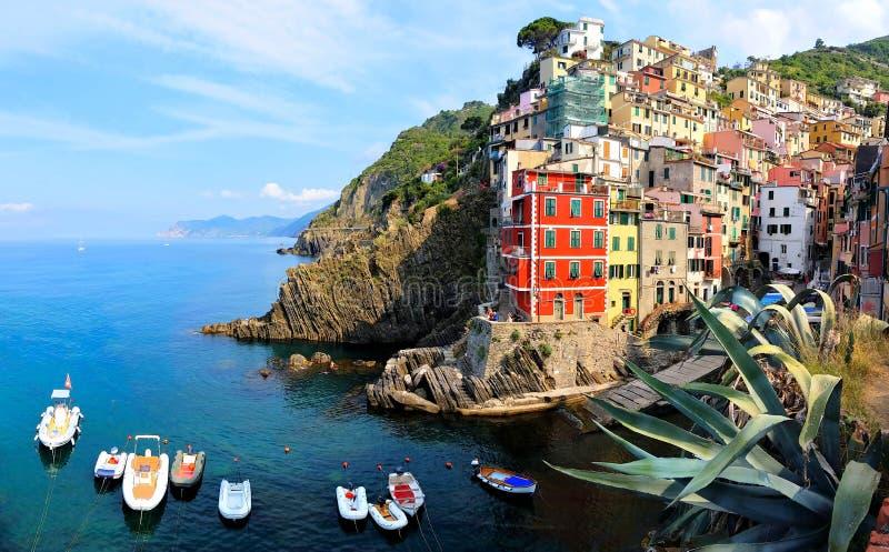 Nabrzeżna wioska Riomaggiore z łodziami, Cinque Terre, Włochy obrazy royalty free