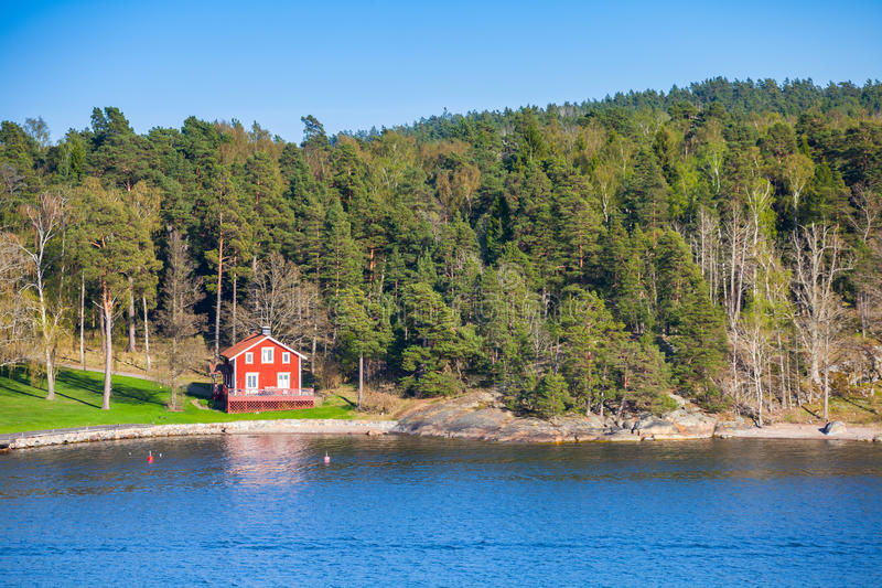 Nabrzeżna wioska z czerwonym drewnianym domem zdjęcia royalty free