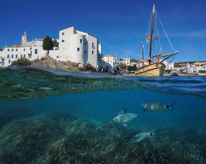 Nabrzeżna wioski łódź z rybim podwodnym Hiszpania zdjęcie stock