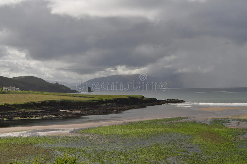 Nabrzeżna zatoka w Dingle, okręg administracyjny Kerry, Irlandia obrazy stock