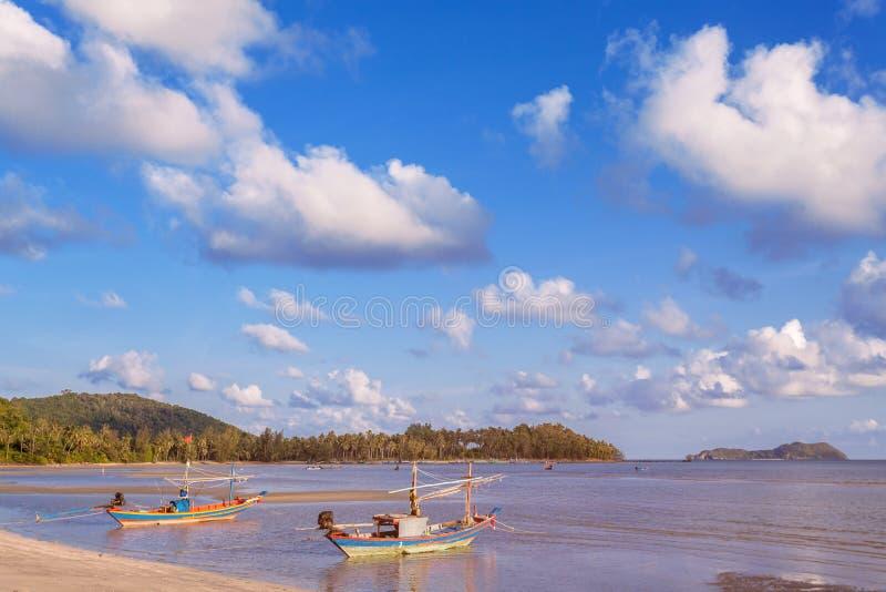 Nabrzeżne łodzie rybackie parkować na plaży obraz stock