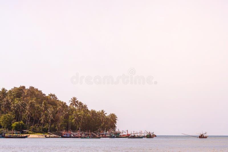 Nabrzeżne łodzie rybackie parkować na plaży zdjęcia royalty free