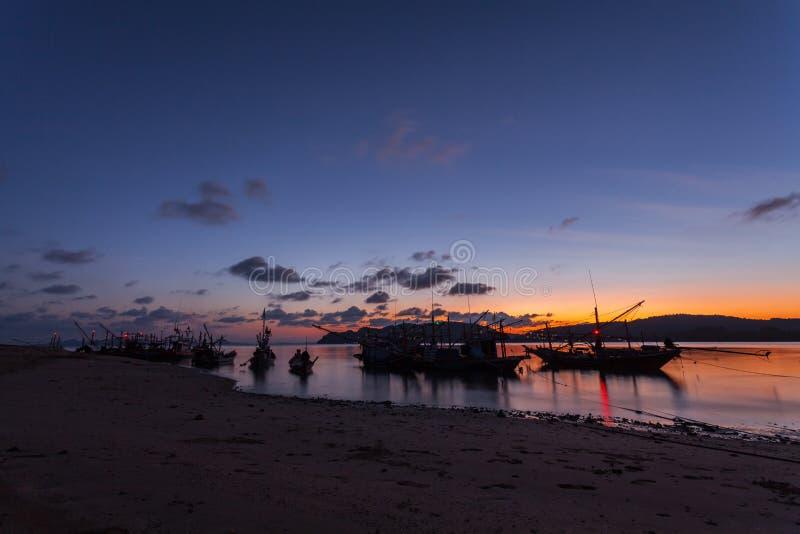Nabrzeżne łodzie rybackie parkować na plaży przy zmierzchem obraz stock