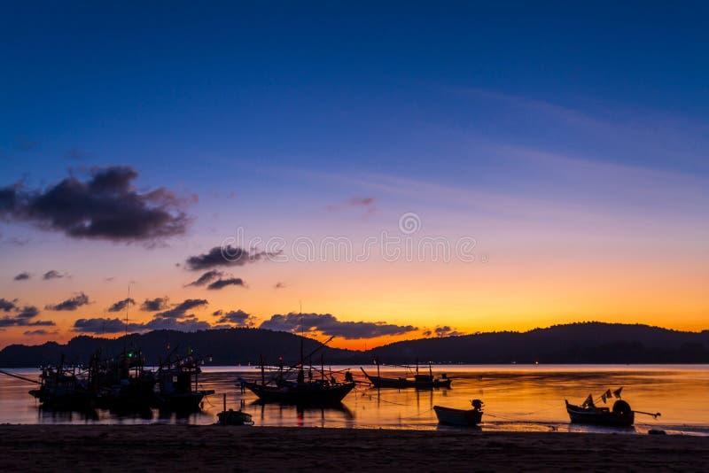 Nabrzeżne łodzie rybackie parkować na plaży przy zmierzchem zdjęcia stock