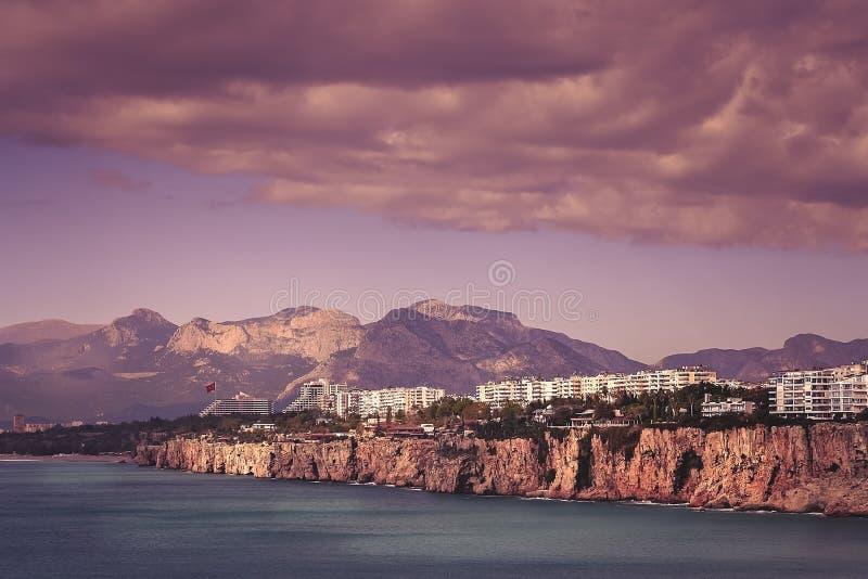 Nabrzeżne falezy w Antalya miasteczku zdjęcie stock