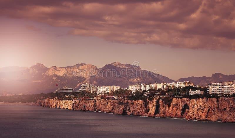 Nabrzeżne falezy w Antalya miasteczku zdjęcia royalty free