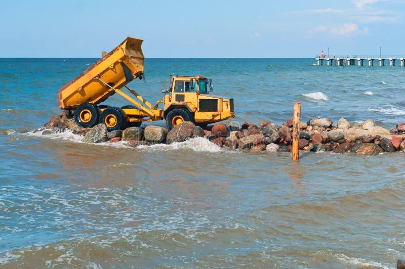 Nabrzeżne ochron miary, budowy wyposażenie na brzeg budowa falochrony obrazy royalty free