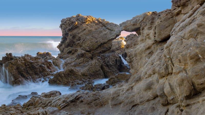 Nabrzeżne skały przy Leo Carrillo stanu parkiem zdjęcia stock