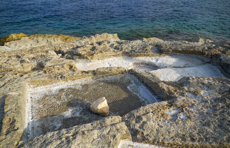 Nabrzeżne Solankowe niecki Marsaskala, Malta fotografia stock