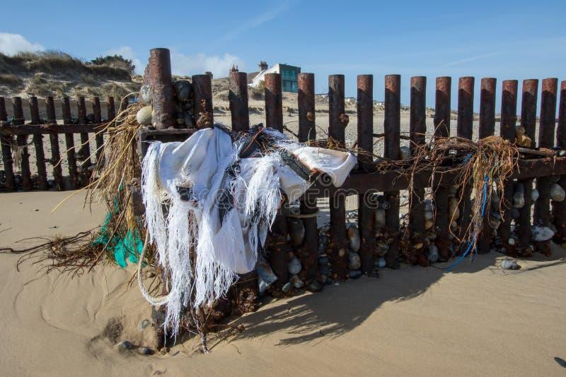 Nabrzeżni gruzy Żołnierza piechoty morskiej i plaży zanieczyszczenie obrazy royalty free