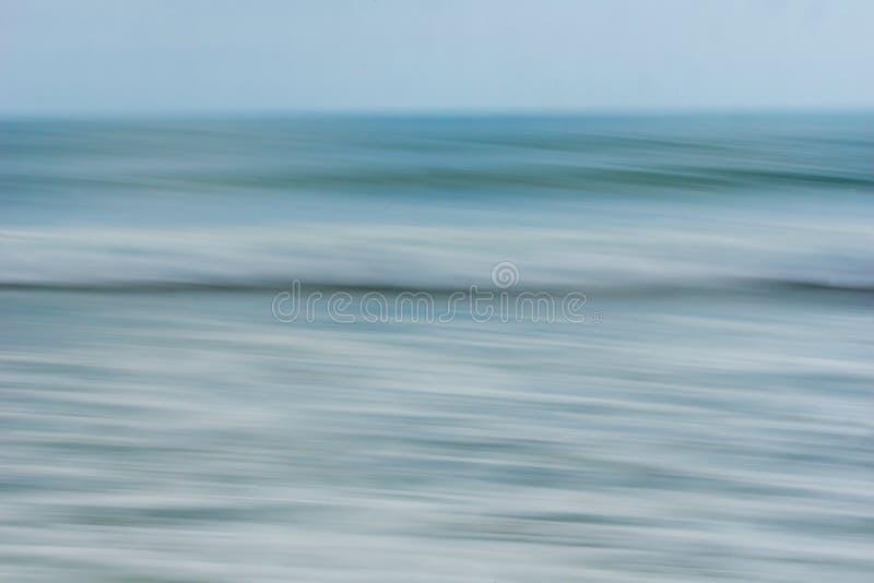 Nabrzeżny abstrakcjonistyczny ruch zamazywał ocean fala brzmień błękitnego backgroun fotografia royalty free
