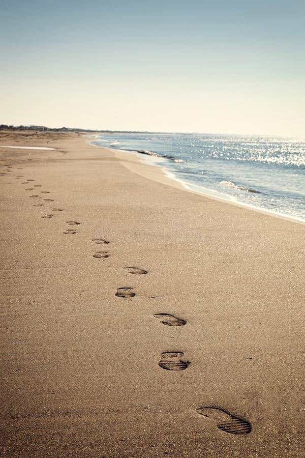 Nabrzeżny krajobraz z cienką plażą i błękitnym morzem zdjęcia stock